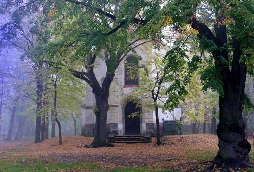 Les Koráb před kostelem sv. Prokopa