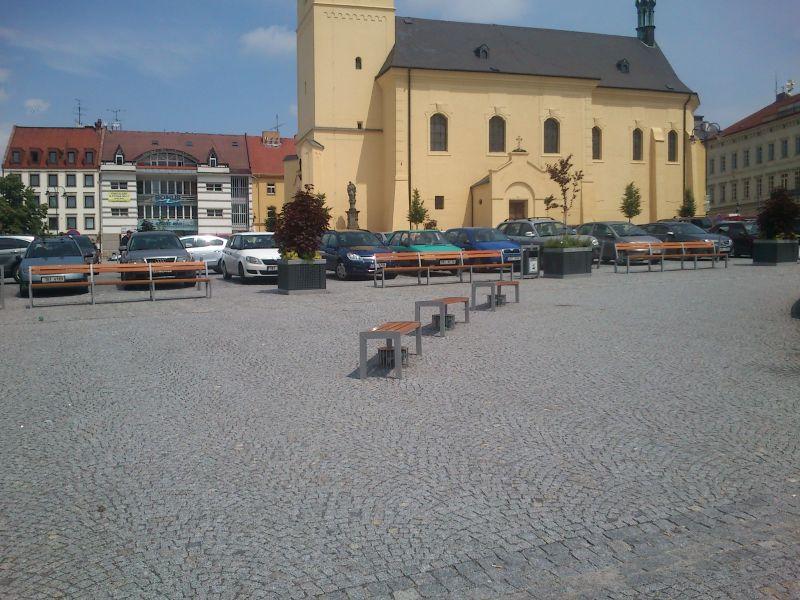 Pohled na náměstí - lavičky, kostel