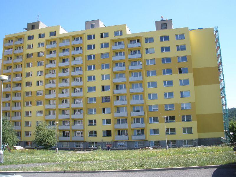 Pohled na zateplenou budovu DPS