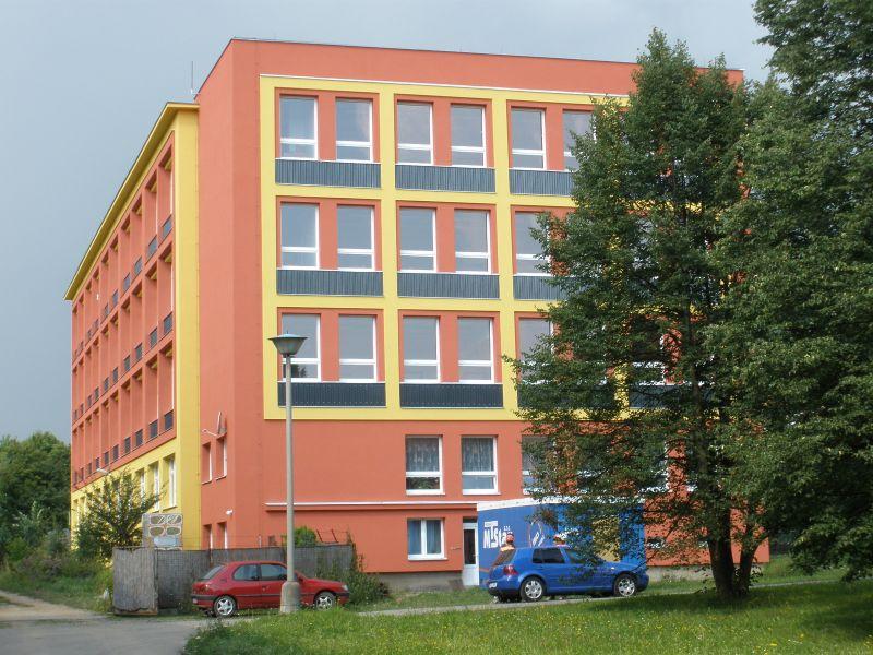 Pohled na zateplenou budovu ZŠ Bratří Čapků