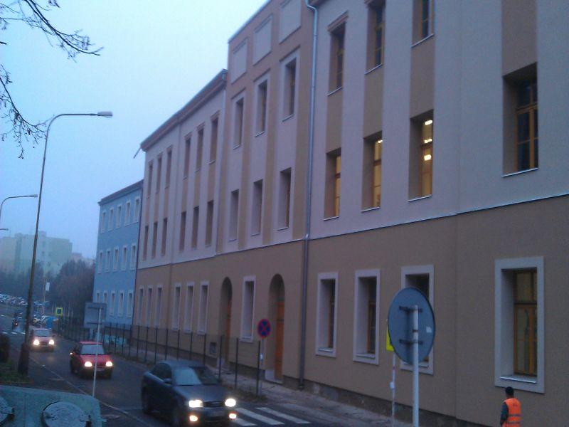 Pohled na zateplenou budovu v ul. Dlouhá