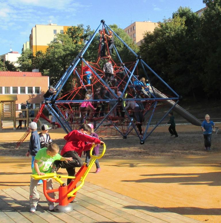 Klidová zóna - pohled na herní prvek s dětmi